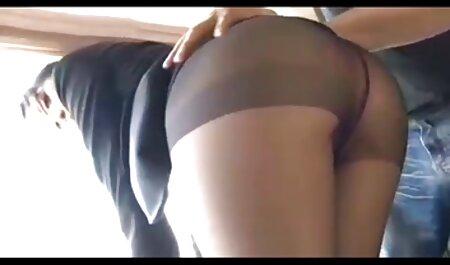 La ragazza si sdraiò con suo padre e toccò video amatoriali di sesso con animali un membro